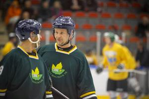 Olle Dünesius och Anders Näslund snackar taktik.