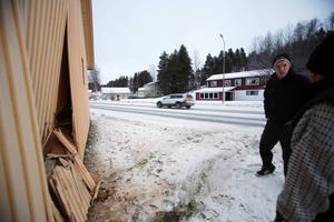 Grannar betraktar förödelsen. Bilföraren körde rakt in i ett hus i Hede.