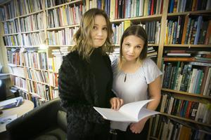 Elvira Eriksson och Julia Överbring skrev en lärobok om fördomar.