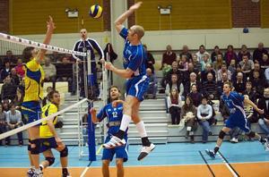 I en fullsatt Aspenhallen vann Tierp över Falkenberg Kyle Mastersson dunkar inbollen och blev utnämnd till bästa spelare i Tierp