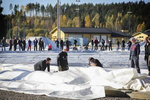 Markarbeten har gjorts under vintern och i juni började konstgräset läggas på plats..