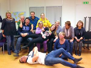 Anders Sandström (liggande) tar igen sig från pysslandet med den