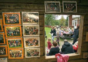 På väggarna hade personalen satt upp foton på flera av förskolans barnkullar.