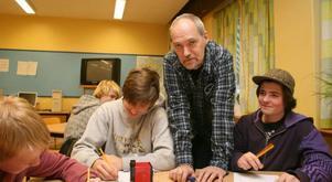 Tips. Författaren Magnus Nordin gav eleverna i årskurs åtta på Petreskolan och Hagaskolan råd om hur man blir en bättre författare när han besökte Hofors i onsdags. Viktor Jansson, Alexander Bergström och Axel Eklöf tyckte att dagen var givande.