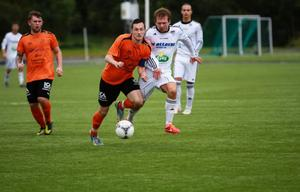 Toppmatchen på Lövsta var kanske årets bästa match i division 4, särskilt första halvlek. Högt tempo, härlig vilja och riktigt bra spel. Här ser vi Frösöns Jonas Gustavsson i en duell.