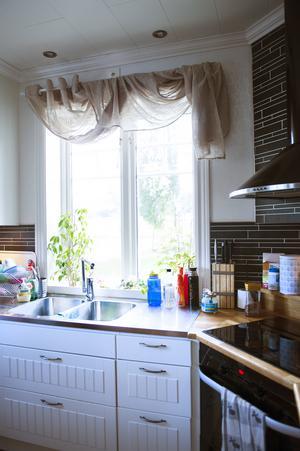 Köket är väl genomtänkt och med spisen i hörnet nyttjas rummet helt.