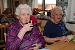 Rut Larsson och Gunhild Lind fick röding till lunch och fick njuta av ännu en böndagsmåndag i Lillhärdal.