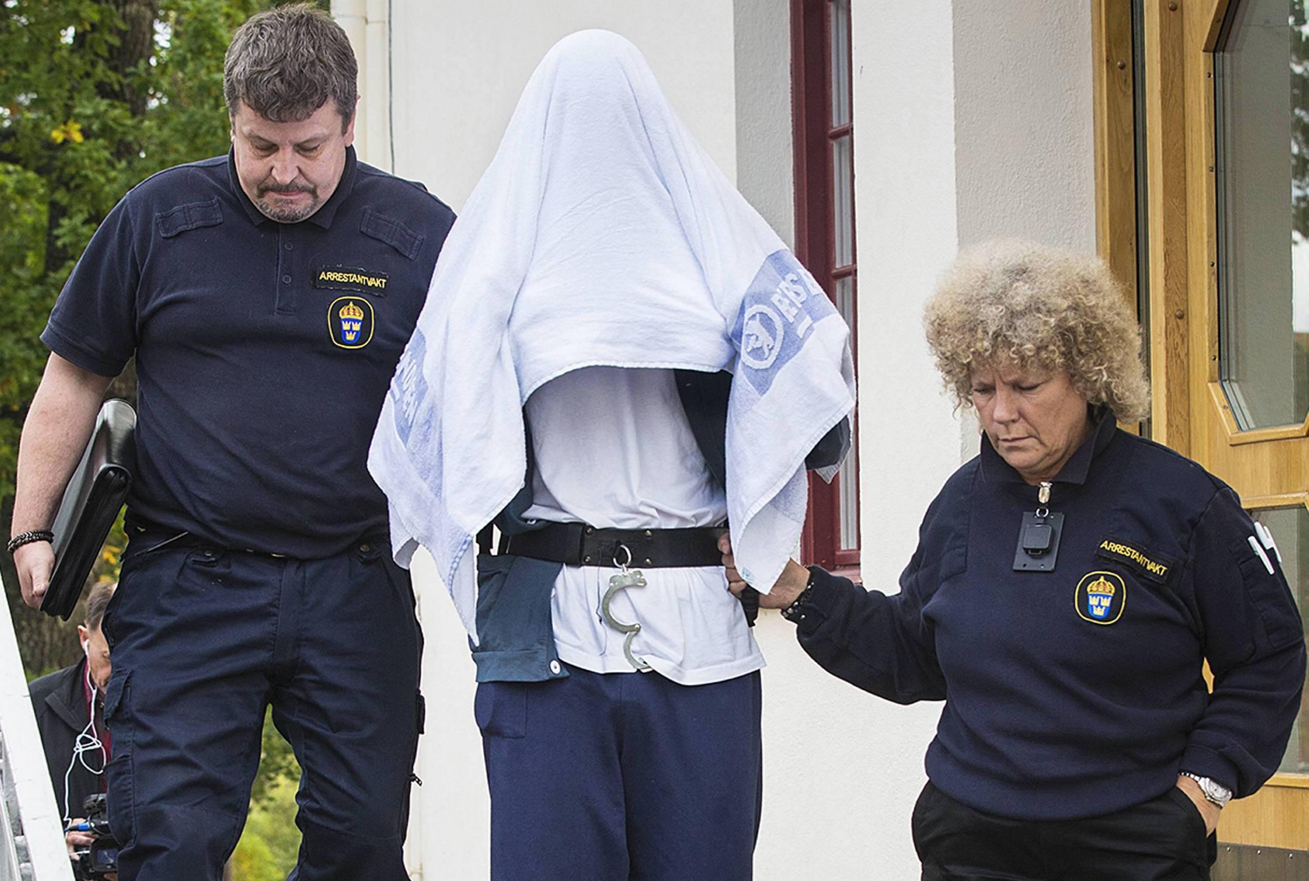 Officer haktad for sexbrott mot barn