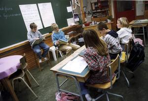 Elevernas arbetsplats är samhällets ansvar – tillsammans kan vi hjälpas åt att göra den bättre! skriver artikelförfattarna.