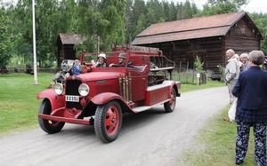 Rengsjös gamla brandbil – en bensindriven chevrolet från 1931 – körde in på området och parkerade utanför vävstugan.