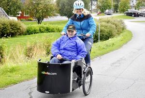 Hemtjänsten i Åre kommun har satsat 240 000 kronor på specialcyklar till vårdtagarna inom hemtjänsten. Fem eller sex cyklar kommer inom kort finnas på olika platser i kommunen. Hallen är först ut där cykeln, med plats för en passagerare i en kärra frampå, redan har testats av 79-årige Torsten Lilja och Elisabeth Albertsson som jobbar i hemtjänsten flera gånger.