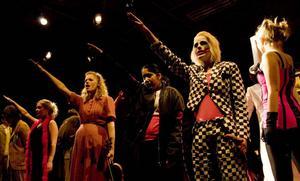 Kristid och intolerans. Boken som ligger till grund för musikalen Cabaret kom ut samma år som andra världskriget startade. På Heden i Bollnäs spelas en övertygande Cabaret – från den vilda festen till den svarta baksmällan.