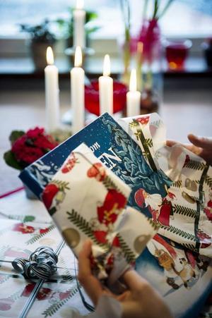 Pisa-rapporten om barns sjunkande läsförståelse kan mycket väl få fler föräldrar att lägga en extra bok under granen i år. Foto: Vilhelm Stokstad/TT