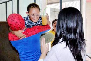 SPINDELRÄDDAD. Den 8-årige autistiske pojken blev så rädd på sin första dag i skolan att han klättrade ut genom ett fönster på tredje våningen och vägrade komma in. Då blev han räddad av superhjälten Spider-Man. Den thailändske brandmannen Somchai Yoosabai hade fått veta av pojkens mor att han älskade serietidningar och kunde på så sätt locka till sig pojken efter att ha klätt ut sig till spindelmannen. Händelsen utspelade sig i Thailands huvudstad Bangkok i veckan. (TT)