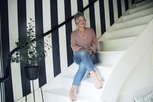 Spaljén från 70-talet plockade Josefine och Rikard bort, trappan målades vit och de tapetserade hallen med en dramatisk svartvitrandig tapet från Cole & Son