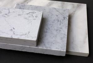 Marmortrenden har tuffat på i många år nu, och detta klassiska material passar i många typer av köket. Men marmor är känsligt, och därför kan det vara bra att kika på alternativen. Den översta biten är en kvartskomposit, mittenbiten riktig carraramarmor och den understa en keramikskiva.