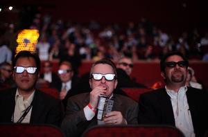 Framtiden? Publik i 3D-glasögon under en livesändning av en match i amerikansk fotboll i januari. Optimisterna tror att designade 3D-glasögon blir en framtida modetrend.