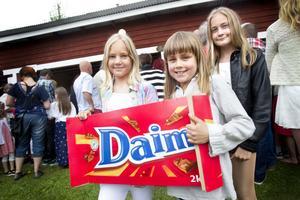 Alice Olsson spelade på lyckohjulet och vann två kilo Daim.– Vi ska dela på det allihop, säger Alice som fick hjälp att hålla i priset av Ida Brännström och storasyster Madeleine Olsson.