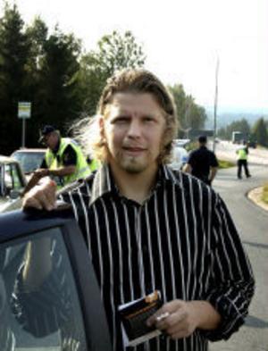 Hans Bergström från Njurunda fick lufttrycket kontrollerat på sina nyinköpta däck.