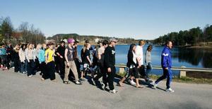Eleverna på Fjällsjöskolan i Backe har på initiativ av idrottsläraren Sigge Bryntesson utmanat föräldrarna och allmänheten att gå/springa runt Backsjön, cirka 4,5 kilometer. På lördag avgörs första Backsjön Runt, ett motionsjippo, som man hoppas ska locka upp emot 200 startande. Här testar Sigge och högstadieeleverna en bit av rundan med Backsjön i bakgrunden.