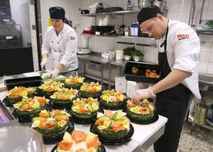 Smörgåstårtor har många beställt till nyår. Här lägger köksansvariga Jennika Hets och kocken Tomas Löweskog sista handen vid ett gäng laxtårtor.
