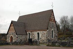 SYMBOL. Tegelsmora kyrka med sitt robusta utseende står som symbol för församlingens motstånd att gå ihop med Vendels församling.Foto: Conny Svensson