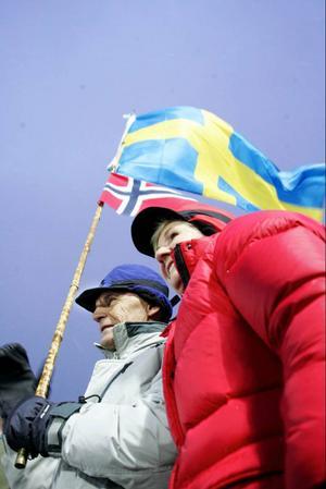 Roland Jonsson, 67 år och från Frösön hade fäst både svenska och norska flaggan i topp på bambumetspöet. Han hade sällskap av jämnåriga hustrun Gunnel Helander Jonsson.
