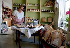 Marjo Nilsson och maken Stefan har öppnat gårdsbutik och kafé i lantlig miljö.