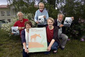 Arrangörerna av Musik vid Ljusnan poserar med originalaffischen. Från vänster, övre raden: Peer Juels, Suhne Thim och Inge Wortzelius. Nedre raden, från vänster: Anna Larsson och Helena Bratt.