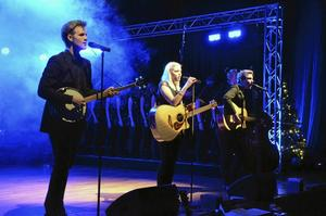 Modernt. Det är inte bara julmusik som       spelas. Emil Fahlén, Maja Jansson, Filip Aspelin och Wiktor Helgesson spelar modern popmusik, som Mumford        And Sons.