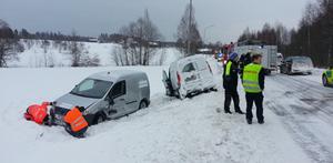 Den ena av bilen kom över på fel sida av vägen och krockade med en mötande bil i Trönö.