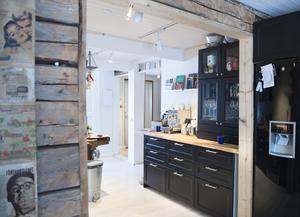 Kyl och frys flyttade till andra sidan väggen för att få mer plats för skåp och bänkytor i köket.