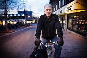 """Bengt Håff, från Östersund, cyklar sommar som vinter och har haft lysen i några år. Det fastmonterade lyset på hans cykel är trasigt så han har köpt sig ett nytt litet lyse som är avtagbart. """"Jag har motorcykel och vet hur dåligt cyklister kan synas"""", säger han."""
