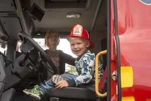 Walter Lekman från Stockholm kanske blir brandman när han blir stor. Här i förarsätet hos Räddningstjänsten Vemdalen.