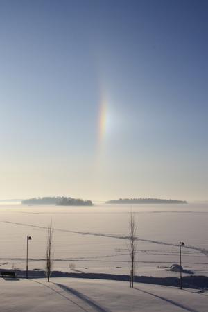 Optisk företeelse sannolikt beroende på att dimman på morgonen som låg över Hästholmarna i Västeråsfjärden lättade och skapade genom solstrålarna en brytning och reflexion liknande en regnbåge.
