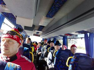 En nästan full buss går vid 11-spåret i väg från skidstadion till Brickan.Foto: Carin Selldén