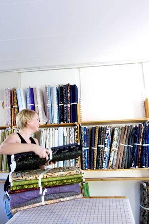 Slutstation. Sara Andersson, dotter till Pastellens ägare Kerstin Andersson, var sista länken i langningstjejen och den som stuvade in alla tusen tygrullar på övervåningen i nya butikslokalen i Gamla Gefle.