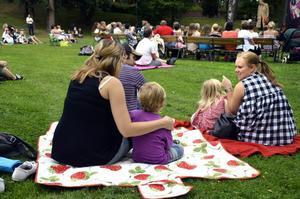 Bänkarna fylldes snabbt till sista plats av tillströmmande publik. Bra då att ha med sig picknickfilt istället.