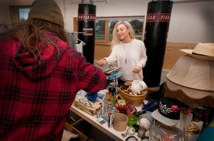 Joel Rogefeldt fyndar prylar med patina hos Linnéa Norberg. Loppisen håller till i lokaler som annars används för boxningsträning.