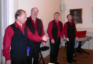 Four for Christmas med från vänster Jan B. Löfgren, Björn Löfgren, Torbjörn Edlund och Henrik Hallberg underhöll gästerna vid SPF Östersunds jullunch. I förgrunden en av dagens värdinnor, Elsie Oscarsson.