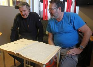 Christer Hjelm och Urban Johansson läser den gamla TH där det stod om de då unga pojkarnas isdrama.