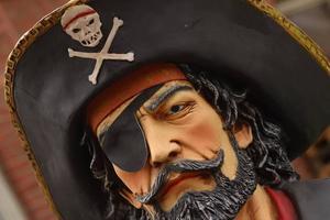 Kampen om nätet. Pirate Bay-rättegången pågår och fildelningsdebatten hettar till igen. Men vad är det som har hänt, och håller på att hända, med samhället egentligen? Debattören  Anders Erkéus ger hela bakgrunden.