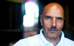-- Jag är totalt maktlös, säger Hosein Darban vars namn används av bedragare. Situationen med de