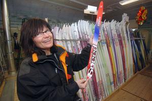 Anna-Lena Hansson på Knåda Sport visar helt nytillverkade barnskidor av märket Edsbyn. Edsbyskidorna tillverkas numera i Estland, Ryssland och Kina.