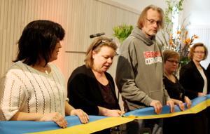 Landstingsstyrelsens ordförande Denise Norström  fick hjälp att hålla i rättspsyks invigningsband när det var dags att klippa.
