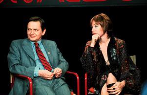 Ett tv-samtal mellan Olof Palme och skådespelerskan Shirley MacLaine finns med i filmen.