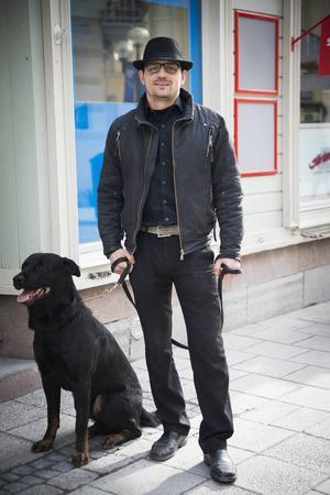 Jag gillar och inspireras av 60- 70-tals stil. Min pappa från Italien hade den här stilen. Jag har på mig svart skinnjacka med krage. Svart skjorta med färgade knappar. Svarta kostymbyxor med ett ljust skärp som bryter av. Hatten älskar jag, min pappa hade en likadan, jag har köpt den i Gamla stan i Stockholm.    Gyovanny, 31 år, Frösön