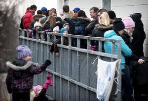 Cirka 100 personer stod i kön strax före klockan 13 när funktionärerna i Friluftsfrämjandet öppnade dörren till gymnastiksalen.