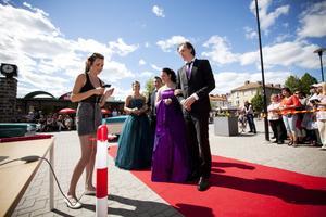 Nytt för i år var att alla studenter presenterades med namn innan de parvis gick genom en portal av björk ut på röda mattan. Först att anlända var Emma Radevik och Henrik Fernis tillsammans med Victoria Nordqvist och Benny Wallin.