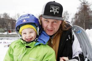 Jesper Ekfjärd med sonen Elias Engelmark, ÖstersundDet får räcka, det är redan för mycket. De har ju inte tid för barnen.